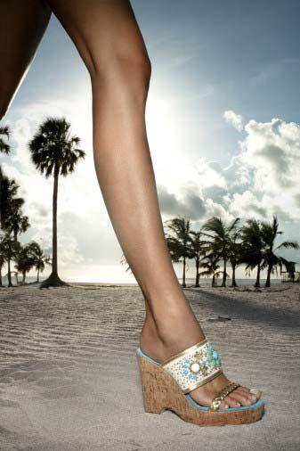 Çoğunluk için ideal ya da güzel olan bir ayak bileğinin özelliklerini nasıl sıralarsınız?  Hemen tüm kültürlerde bacak ve ayak bileğinin ince ve zarif olması her zaman estetik görünmüştür. Burada özellikle bacak ve ayak seklinden bahsetmek gerekir çünkü bileğin ince görünüp görünmemesini doğrudan etkileyen iki komşu bölge bunlardır. Narin bir bilek yapısı söyle tarif edilebilir; ayak ve bacak ile uyum içerisinde görünen ve bacağın en dar bölümünü oluşturan, ince ama üzerinde belirgin şekilde görünür ve nöz yapı (toplardamar) içermeyen, ayak bileği kirişlerinin belli olmadığı ve keskin kemik çıkıntıları olmayan bilek estetik olarak algılanır.